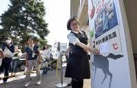 百貨店前に設置した気温掲示板の数字を張り替える女性。41度を超えることを想定していなかったため、急きょ手書きで作ったという=埼玉県熊谷市で2018年7月23日午後2時33分、丸山博撮影