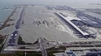 高潮で浸水した関西国際空港の1期島=2018年9月4日午後5時55分、本社ヘリから幾島健太郎撮影