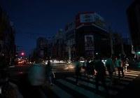 停電が続き、暗闇に包まれるススキノ交差点=札幌市中央区で2018年9月6日午後6時半、貝塚太一撮影