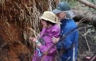 土砂崩れ現場から家族が見つかり悲しむ親族ら=北海道厚真町で2018年9月7日午前8時27分、長谷川直亮撮影