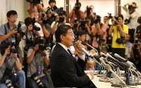 日本相撲協会に引退届を提出し、記者会見する貴乃花親方(中央)=東京都港区で2018年9月25日午後6時26分、長谷川直亮撮影