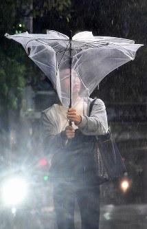 激しい風雨で傘は役に立たなくなった=名古屋市中区で2018年9月30日午後8時22分、大西岳彦撮影