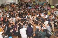 当選を確実にし、記者の質問に答える玉城デニー氏(中央)=那覇市で2018年9月30日午後9時44分、徳野仁子撮影
