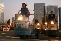 築地市場から豊洲市場に向かって、列をなして都内の一般道を走るターレ=東京都江東区で2018年10月7日午前5時22分、和田大典撮影