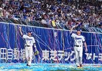 【中日―阪神】引退セレモニーでグラウンドを一周する中日の荒木選手(左)と岩瀬投手=ナゴヤドームで2018年10月13日、大西岳彦撮影