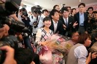 引退について語った記者会見後、一緒に記念撮影をするためフォトグラファーを呼び集める福原愛=東京都港区で2018年10月23日午後3時40分、和田大典撮影