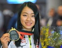 初出場のグランプリファイナルで優勝して帰国し、メダルを手に笑顔を見せる紀平梨花=成田空港で2018年12月11日午後5時21分、手塚耕一郎撮影