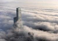 濃い霧に覆われた大阪市内。あべのハルカスも雲海に浮かぶようだった。奥は生駒山=2018年12月21日午前7時55分、本社ヘリから山田尚弘撮影