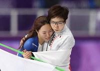 【平昌五輪】女子500メートルで2位となり、涙を流す李相花の肩を抱く小平奈緒(右)=江陵オーバルで2018年2月18日、佐々木順一撮影