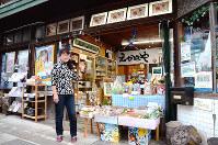 アニメスタジオ「えかきや」の前に立つ小林美代子さん=岡山県総社市で、野口由紀撮影