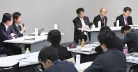 第12回高大接続教育改革シンポジウムのパネルディスカッションで議論する(奥右から)文科省の玉上、私立大学協会の小出、筑波大の永田、駿台教育研究所の石原、毎日新聞の中根の各氏=東京都千代田区の毎日ホールで2018年11月17日