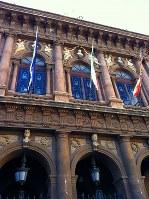 ベッリーニ大劇場の正面ファサード