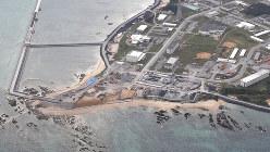 土砂の投入が始まった沖縄県名護市辺野古沿岸部=2018年12月14日午後3時29分、本社ヘリから