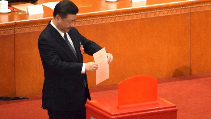 全人代で中国憲法の改正案に投票する習近平国家主席=北京の人民大会堂で2018年3月11日、河津啓介撮影