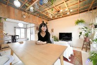 リノベーションされた団地の一室に住む武政礼子さん=千葉市美浜区で12月5日、渡部直樹撮影