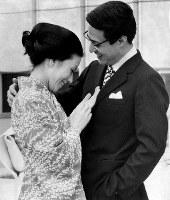 津川雅彦さん、朝丘雪路さん夫婦(俳優)=1973年撮影
