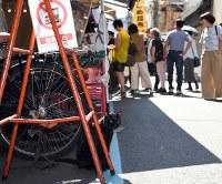 「築地市場・猫もお引っ越し」 築地市場の場外を動き回る猫=東京都中央区築地で2018年9月19日、宮本明登撮影