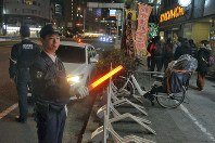 警戒にあたる愛知県警中署員=名古屋市中区で2018年12月27日午後11時6分、井口慎太郎撮影
