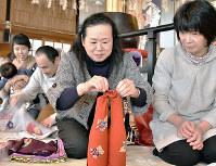 瓶の2本包み。違う形の物も一緒に包み込める=京都府与謝野町加悦の実相寺で、安部拓輝撮影