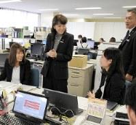 三河支店を訪問して社員に声をかける高崎邦子(中央)=竹地広憲撮影