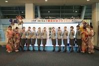 All Nippon Airways cabin attendants pose for photos with ground staff members dressed in kimonos at Haneda Airport in Tokyo's Ota Ward, on Jan. 1, 2019. (Mainichi/Kenji Yoneda)