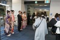 ANA President Yuji Hirako and ground staff members dressed in kimonos welcome passengers at Haneda Airport in Tokyo's Ota Ward, on Jan. 1, 2019. (Mainichi/Kenji Yoneda)