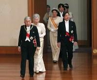 「新年祝賀の儀」に臨まれる天皇、皇后両陛下と皇太子ご夫妻ら=皇居・宮殿「松の間」で2019年1月1日午前11時8分(代表撮影)