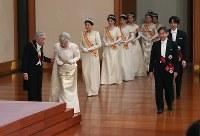 「新年祝賀の儀」に臨まれる天皇、皇后両陛下と皇族方=皇居・宮殿「松の間」で2019年1月1日午前11時半(代表撮影)