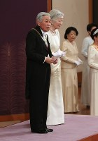 「新年祝賀の儀」であいさつされる天皇、皇后両陛下=皇居・宮殿「松の間」で2019年1月1日午前11時32分(代表撮影)