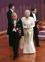 「新年祝賀の儀」を終え退出される天皇、皇后両陛下=皇居・宮殿「松の間」で2019年1月1日午前11時33分(代表撮影)