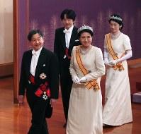 「新年祝賀の儀」を終え退出される皇太子ご夫妻と秋篠宮ご夫妻=皇居・宮殿「松の間」で2019年1月1日午前11時33分(代表撮影)
