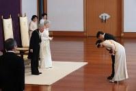 「新年祝賀の儀」で皇太子ご夫妻からあいさつを受ける天皇、皇后両陛下=皇居・宮殿「松の間」で2019年1月1日午前10時2分(代表撮影)