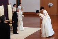 「新年祝賀の儀」で秋篠宮家の長女眞子さま、次女佳子さまからあいさつを受ける天皇、皇后両陛下=皇居・宮殿「松の間」で2019年1月1日午前10時3分(代表撮影)