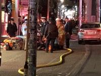 軽乗用車にはねられたとみられるけが人を救助する救急隊員ら=東京都渋谷区で2019年1月1日午前1時15分、金森崇之撮影