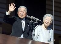 新年一般参賀で手を振られる天皇、皇后両陛下=皇居・宮殿で2019年1月2日午前10時12分、小川昌宏撮影