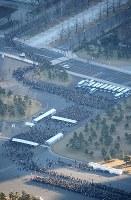 平成最後の新年一般参賀を待つ人たち=皇居前で2019年1月2日午前8時12分、本社ヘリから宮武祐希撮影