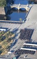 平成最後の新年一般参賀を待つ人たち=皇居前で2019年1月2日午前7時57分、本社ヘリから宮武祐希撮影