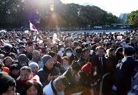 新年の一般参賀に訪れた大勢の人たち=東京都千代田区で2019年1月2日午前9時27分、小川昌宏撮影
