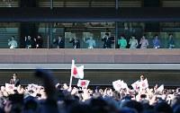 新年一般参賀で手を振られる天皇、皇后両陛下と皇族方=皇居・宮殿で2019年1月2日午前11時3分、小川昌宏撮影