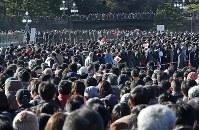 新年一般参賀で天皇陛下の姿を一目見ようと長蛇の列を作る大勢の人たち=東京都千代田区で2019年1月2日午後1時34分、佐々木順一撮影