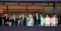 新年一般参賀で、会場に入れなかった人のために急遽、ベランダに出られる天皇、皇后両陛下と皇族方。この日は7回、訪れた人々の前に立たれた=皇居・宮殿で2019年1月2日午後4時3分、小川昌宏撮影