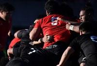 【帝京大―天理大】前半、スクラムで攻め合う両チームの選手たち=秩父宮ラグビー場で2019年1月2日、藤井達也撮影