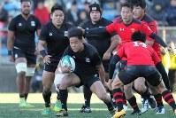 【帝京大―天理大】前半、攻め込む天理大の選手たち=秩父宮ラグビー場で2019年1月2日、和田大典撮影
