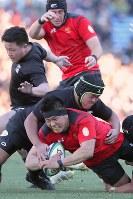 【帝京大―天理大】後半、攻める帝京大をタックルで止める天理大の選手たち=秩父宮ラグビー場で2019年1月2日、和田大典撮影