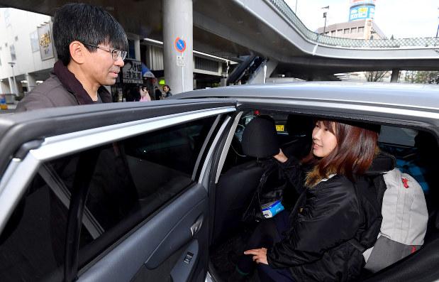 ライドシェアサービス「ノッテコ」を利用し合流したドライバーの田辺英樹さん(左)と、同乗者の橋詰恵里さん=埼玉県川口市で2018年12月、渡部直樹撮影