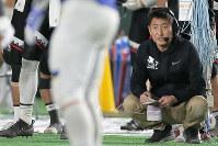 【富士通―関学大】試合を見つめる富士通の藤田ヘッドコーチ=東京ドームで2019年1月3日、和田大典撮影