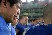 【富士通―関学大】富士通に敗れた試合後、涙を流しながら円陣を組む関学大の選手たち=東京ドームで2019年1月3日、和田大典撮影