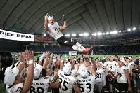 【富士通―関学大】胴上げで優勝を祝う富士通の選手たち=東京ドームで2019年1月3日午後6時52分、和田大典撮影