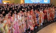 大阪取引所の大発会で活況を祈願する振り袖姿の女性ら=大阪市中央区で2019年1月4日午前8時40分、望月亮一撮影