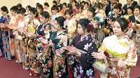博多手一本で大発会を祝う晴れ着姿の女性たち=福岡市中央区の福岡証券取引所で2019年1月4日午前8時36分、津村豊和撮影